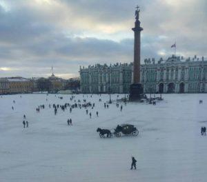 Александровская колонна на Дворцовой площади перед Эрмитажем