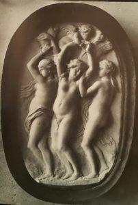 Жерар ван Опсталь (1594 – 1668).. Грации, которых связывает Амур». Мрамор. Поступила в 1668. Лувр