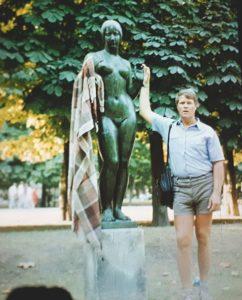 Автор статьи в 1989 в садах Тюильри в Париже
