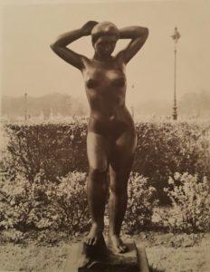 Аристид Майоль (1861 – 1944). Купальщица с поднятыми руками. Бронза. 165 см в высоту. 1934. Сад Тюильри