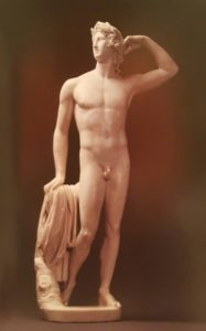 Антонио Канова. Аполлон, коронующий себя венком. Ранняя работа 1781-1782 (Канове 24 года). Мрамор. Музей Поля Гетти. США