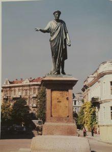 Ришелье на памятнике Мартоса стоит в лавровом венке в тоге