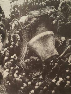 Снятие колокола с колокольни Страстного монастыря. Фото А. Шайхета, 1930-е