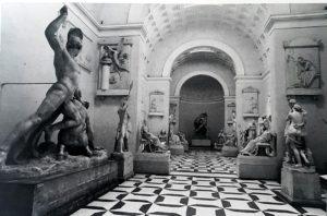 Внутренний вид Гипсотеки Кановы в Посаньо. Слева на переднем плане гипсовый «Тесей, борющийся с кентавром»