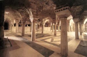 Фото. Интерьер собора Сан-Марка. Крипта (подземное помещение). С 1094 г. в крипте были помещены мощи Св. евангелиста Марка