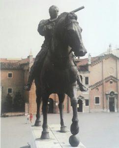 Гаттамелата. Фото с ногами коня