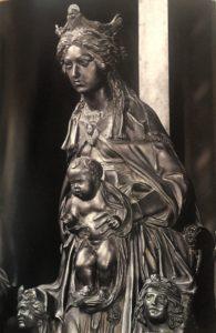 Фото. Мадонна с младенцем