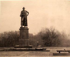 Фото. О.К.Комов. Памятник А.В.Суворову в Москве. 1982
