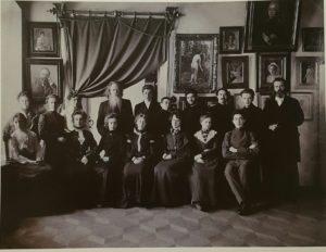Фото. А.О.Карелин с учениками своей рисовальной школы. Карелин (с бородой) четвертый слева в верхнем ряду