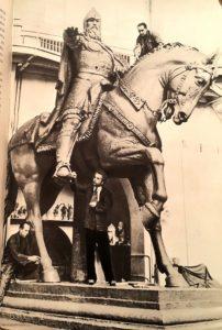 Фото. Работа над памятником Юрию Долгорукому (в глине). Слева внизу Штамм, в центре Орлов, наверху Антропов. Фото 1952 г.