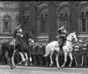Фото. Жуков во время парада 24 июня 1945 года. Жуков принимал парад, Константин Рокоссовский командовал войсками.