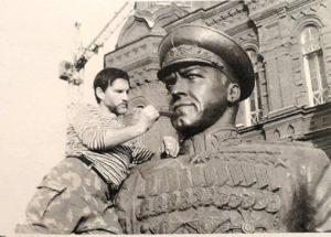 Фото. Брат Игоря Талькова Владимир Тальков (помощник Клыкова) во время установки памятника маршалу Победы