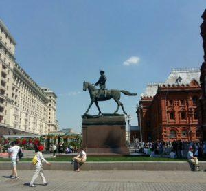Памятник Жукову в пространстве площади