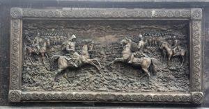 Фото. Поединок монаха-воина Пересвета с Челубеем на барельефе, украшающем памятник Дмитрию Донскому