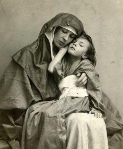 Фото. Е.П.Нестерова (жена Нестерова) с дочерью Наташей (четырехлетней) на руках