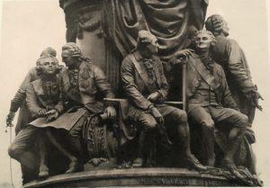 Фото. Памятник Екатерине II. Задняя сторона пьедестала. Слева направо: Безбородко (за ним Суворов со шпагой), Бецкой, Чичагов, Орлов-Чесменский, Державин