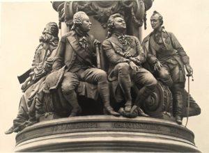 Фото. Памятник Екатерине II. Лицевая сторона пьедестала. Слева направо: Державин (голова над Дашковой), Дашкова, Румянцев, Потемкин, Суворов.