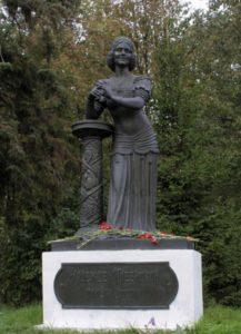 Фото. Клыков. Памятник Надежде Плевицкой. Винниково.1998