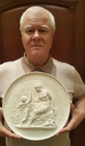 На руках автора статьи «Венера, утешающая Амура, ужаленного пчелой»(по модели 1809)
