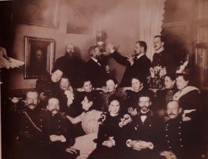 В.П.Волков с женой и гостями в своей квартире. Фото примерно 1900 года. Волков с женой в нижнем ряду справа - второй и третья. На стене висит «Аббат»