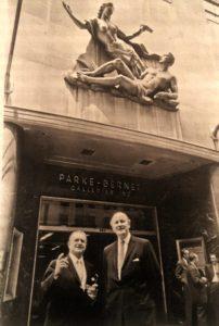 Надпись под фотографией из Книги: «Англо-американская гармония: Питер Уилсон (справа) после триумфального приобретения аукционного дома «Парк-Бёрнет»»