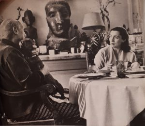 Пикассо в обществе таксы и второй жены