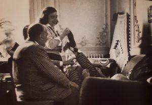 Жаклин Пикассо снимает носок с Пикассо