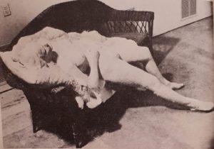 Джорж Сегал. Женщина на красной плетеной кушетке. 1973. Суперреализм