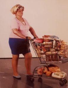 Дуэйн Хансон (1925-1996, американец). Покупательница в супермаркете. 1970. Стекловолокно, полихромная окраска, ткань, аксессуары, торговая тара и тележка, высота 166 см (в натуральную величину). Новая галерея, собрание Людвига, Аахен (Германия). Фотореализм