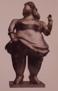 Фернандо Ботеро (родился в 1932, Колумбия). Женщина. 1981. Бронза. 153х89х68 см (размеры взяты из книги, поэтому точно не известно, что за размеры указаны). Частное собрание. В книге «1000 произведений великих скульпторов» эта скульптура отнесена к «неофигуративизму»