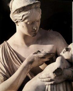 Милосердие. Мать, пытающаяся привести в чувство ребенка, иначе он умрет. Символизирует милосердие к больным и сиротам