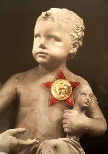 Инсталляция: Маленький Ленин-октябренок (шутка, хотя у него было три сестры и три брата, не к ночи будет сказано). Звездочка оригинальная. 2020 г.