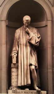 Бартолини. Никколо Макиавелли. 1845-1846. Лоджия Уффици. Статуя у входа в галерею Уффици. Флоренция