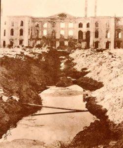 Немецкий ров на месте верхнего сада на фоне «дворца». 1944. Петродворец