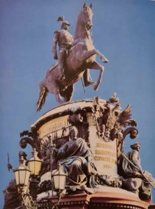 Памятник Николаю I. Аллегорические фигуры вполне корреспондируют с ангелами