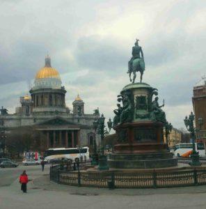 Памятник Николаю I. Вид конной статуи с западной стороны, статуя обращена лицом к Исаакиевскому собору. Фото автора. 2015