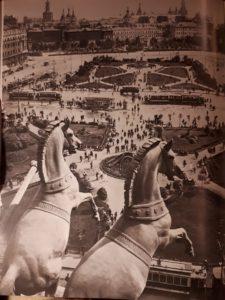 Вид с Большого театра на площади Свердлова и Революции в 1932. Москва. Кони для квадриги Аполлона, покровителя всяческих искусств, сделаны П.К.Клодтом в 1855