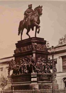 Х.Д.Раух. Конная статуя Фридриха Великого. 1839-1851. Бронза. Берлин. Довольно сумбурно по сравнению с памятником Николаю I