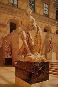 Двор Пюже в Лувре. На переднем плане «Милон Кротонский», на втором плане «Персей и Андромеда» - обе скульптуры созданы Пюже.