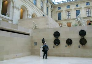Двор Пюже в Лувре. Справа «Милон Кротонский», слева «Персей и Андромеда». Фото из архива авторовДвор Пюже в Лувре. Справа «Милон Кротонский», слева «Персей и Андромеда». Фото из архива авторов