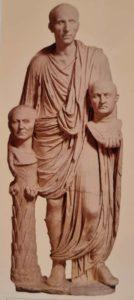 Статуя римского патриция (голова от другой классической статуи) с портретами двух предков. Мрамор. Первая четверть 1 века н.э. Капитолийские музеи. Рим. «Голова на выбор»