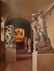 Слева: Томас Регнауден (годы жизни 1622-1706). Сатурн, похищающий Кибеллу. Справа: Гаспар Марси (начал скульптуру), Ансельм Фламен (окончил скульптуру). Похищение Бореем Орифии
