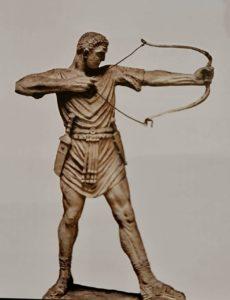 Римский лучник с луком двойной кривизны (сначала выпуклый в одну сторону, а ближе к тетиве – в другую, нетрудно представить, насколько эта конструкция эффективней толкает стрелу)
