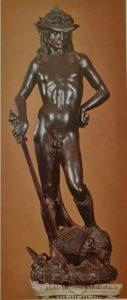 Донателло. Давид с головой Голиафа. 1430–1435 гг.. Сейчас в Национальном музее Барджелло. Флоренция. Микеланджело был менее кровожадным, он изобразил Давида с пращой, хотя тоже знал, что у мертвого Голиафа Давид отрезал голову мечом самого Голиафа