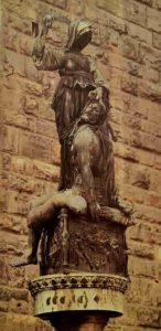 Донателло. Юдифь с отрезанной головой Олоферна. Площадь Синьории перед Палаццо Веккио. Флоренция. Создана Донателло под занавес жизни (умер в 1466)