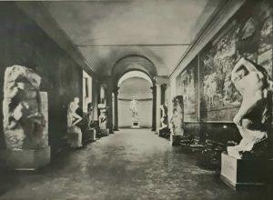 Галерея Академии во Флоренции. Рабы (они же Пленники) на первом и втором плане, вдалеке подлинный «Давид»