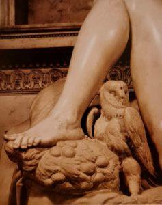 Сова и маки у ног «Ночи»